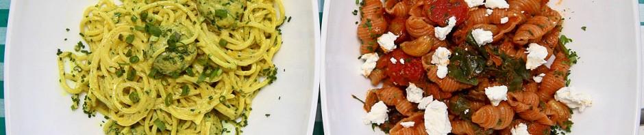 הרפתקנית עם קארי משמאל, סטדנרטית עם עגבניות ושום מימין. שתי פסטות טעימות