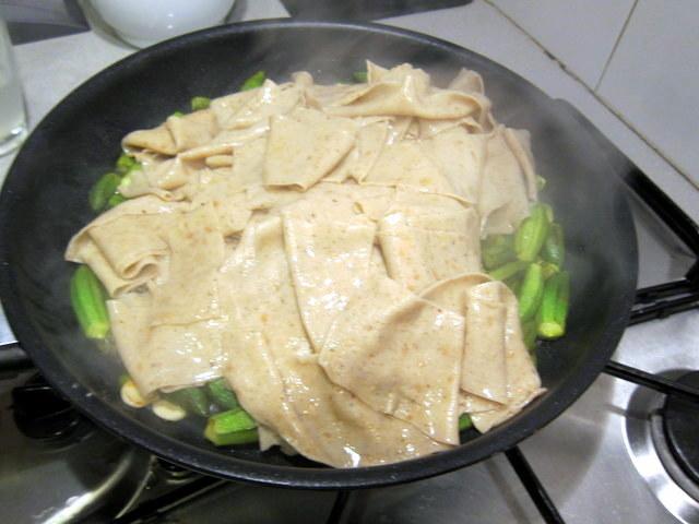 הוספת קצת ממי הבישול עוזרת לפסטה לספוג את כל הטעמים הטובים של מה שיש במחבת. אל תוותרו על הטריק הזה