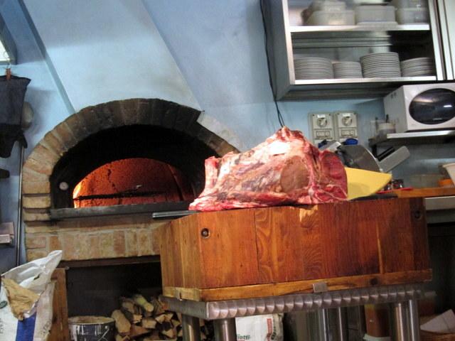 נתח בשר עצום ותנור שמוסק בגזעי עץ הם כל מה שצריך, מסתבר, בשביל מסעדה טובה