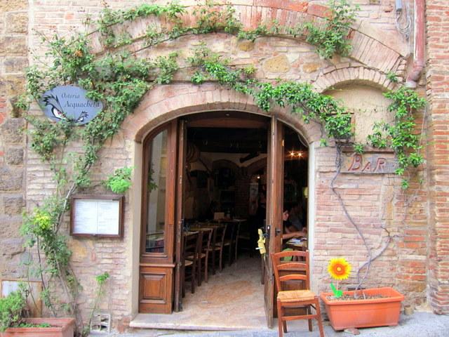הכניסה למסעדה במונטפולצ'יאנו. התמונה צולמה כשיצאנו, אחרי האוכל. כשהגענו היה שם תור
