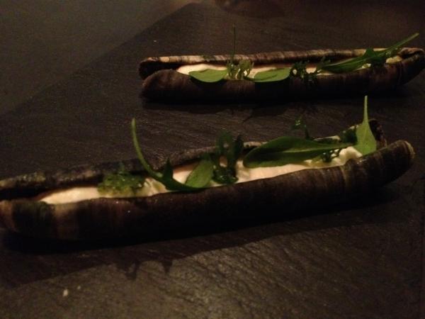 מנה מייצגת של מסעדת Atera. ולא, אלה לא צדפות סכין גילוח. זה רק ניראה ככה