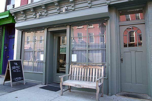 ככה נראית הכניסה למסעדה הפופולרית ביותר בברוקלין. מאגניבים אוהבים צנוע