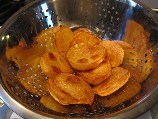 בשלב הזה מכה בכם הריח המתוק של תפוחי האדמה שיצאו מהשמן ואתם מתחילים להבין שהולך להיות לכם עוד מעט אוכל ממש טעים