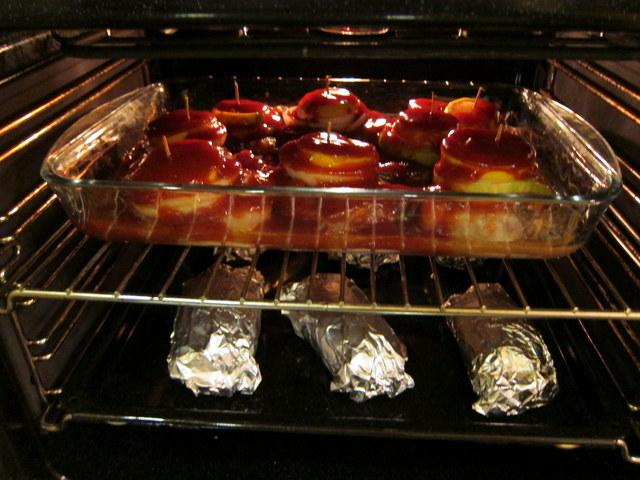 ארוחה שלמה בתנור. למטה תפוחי אדמה, למעלה בשר ובאמצע קטשופ, שבאמריקה זה כידוע ירק