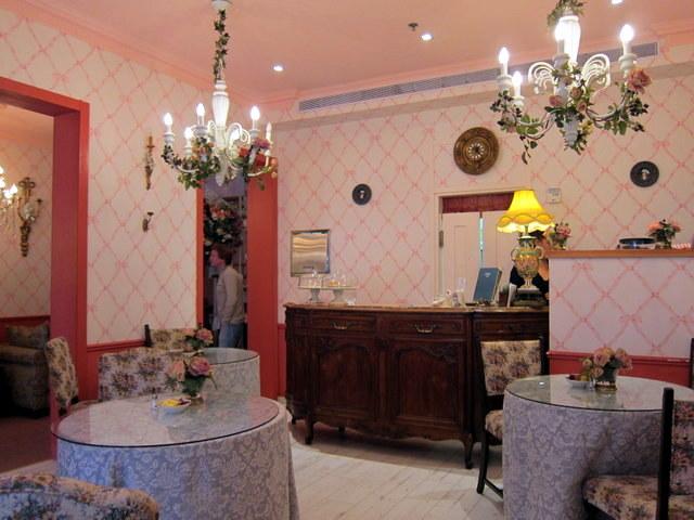 כאן אוכלים בכיף. בדמיון שלי ככה ניראה חדר אוכל עובדים בארמון בקינגהם, נניח