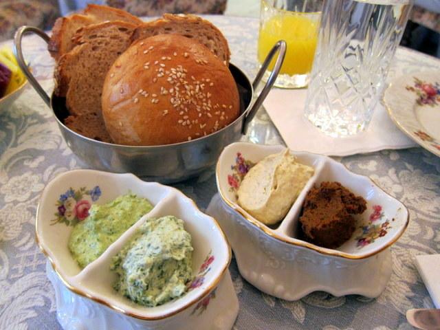 תכל'ס, זה יופי של ארוחת בוקר גם ככה, בלי שום דבר מעבר. לחם טרי, ממרחים טובים ומיץ טבעי