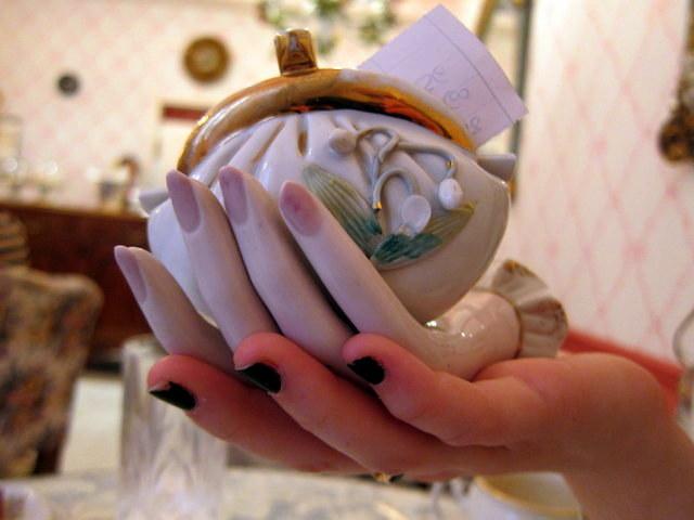 יד של מהממת מחזיקה יד מהממת שמחזיקה כלי שמחזיק את החשבון