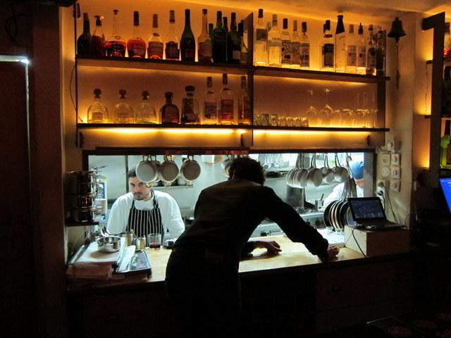 נוף מונאי טיפוסי. מטבח מבהיק, מסעדה צהבהבה וחמה