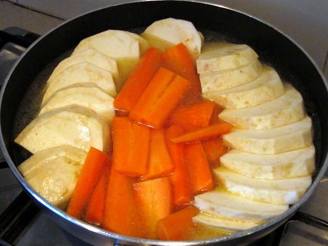 במהלך הבישול המתיקות הטבעית של הגזר והסלרי תתעצם ותתחבר היטב לרמז המתוק הזה