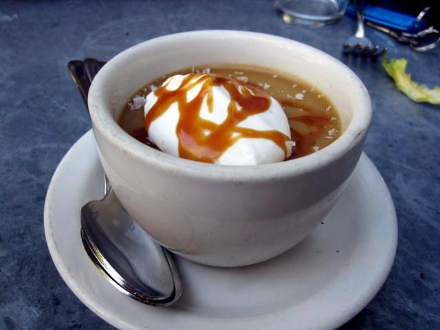 לא, זה לא קפה הפוך. זה מעין קרם טופי עם קרמל מלוח וקרם פרש. אתם כבר התחלתם לקלל בקול רם את הכותבת? כי אני כן :)