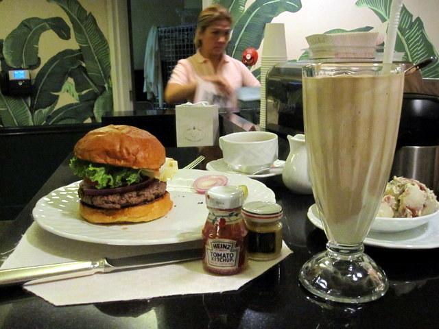 המבורגר נוסח בוורלי הילס. לא בתמונה: ברנדה וברנדון