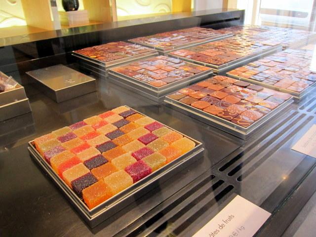 פסיפס של מרמלדות ושוקולדים בוויטרינה של ז'אק. שווה את המחיר, לחלוטין