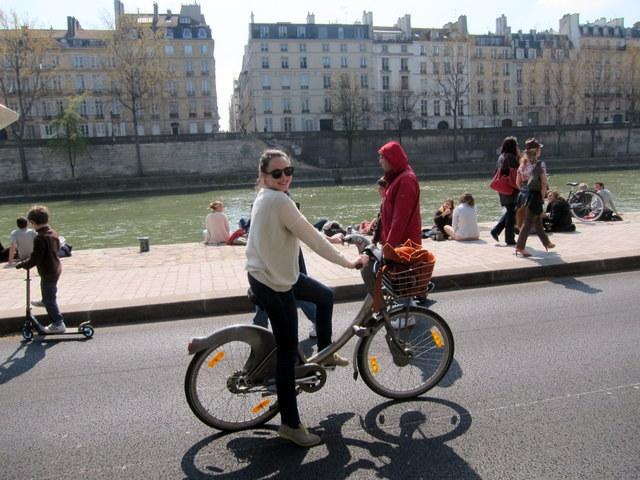 לא מתלוננת. המהממת על אופניה ביום שמש אביבי
