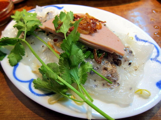 וככה, מסתבר, ניראה רביולי וייטנאמי. בצק אורז שקוף, נקניק לא מזוהה, מילוי של חזיר קצוץ. טעים מאוד מאוד
