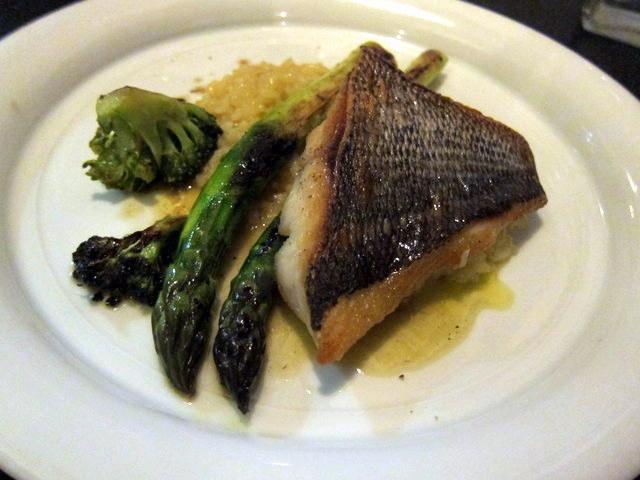 וגם זו חצי מנה. מה שאומר שהמנה השלמה הייתה די גדולה. פילה דג ים וריזוטו אספרגוס