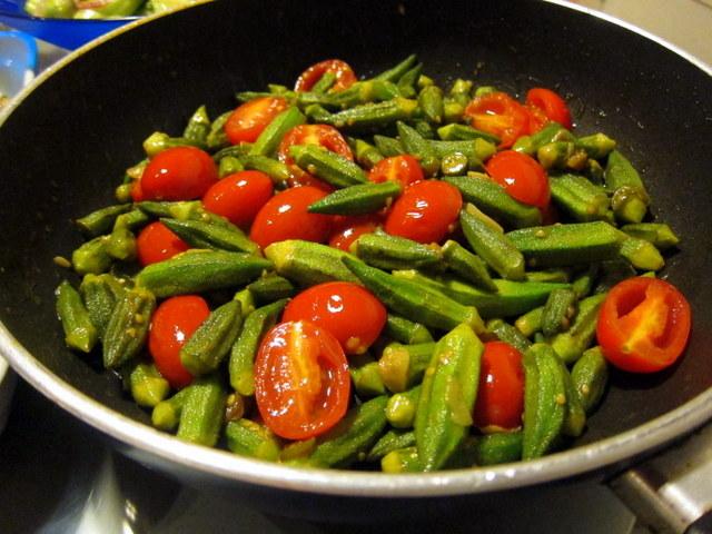 """מפה אפשר להמשיך ולבשל אם רוצים מרקם יותר """"תבשילי"""". במיה פריכה בעגבניות"""