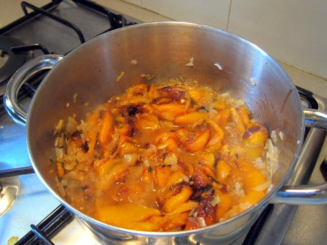בישול לא ארוך, רק כדי לאחד טעמים. רגע לפני שמוסיפים את המים. ולא, ממש לא חייבים פה צרי ירקות