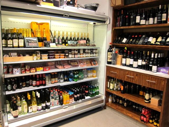 """אפשר גם לבחור כל בקבוק יין שרוצים, להוסיף 16 ש""""ח ולשתות בשמחה"""
