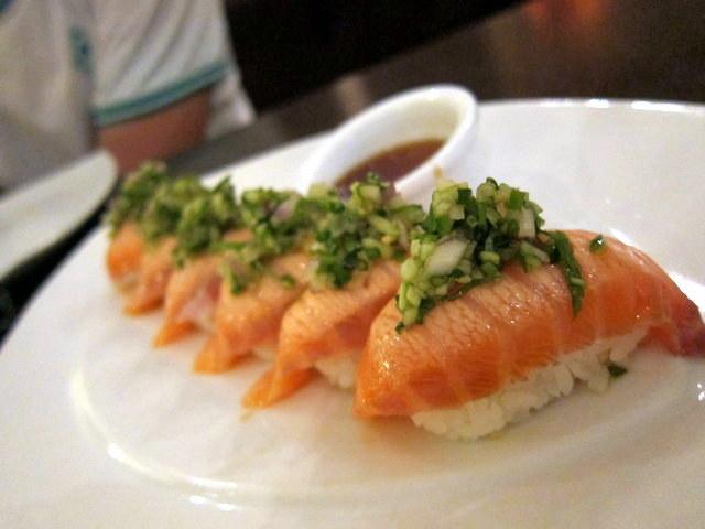 אם יפני היה מכין סלט טאבולה, כנראה שהיה יוצא לו משהו כמו הסלסה הזו שעל הסלמון