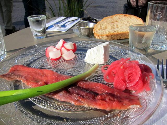 וודקה, דג מלוח, שמנת, בצל כבוש. החומרים שמהם עשויה אהבת אמת בקזינו סן רמו