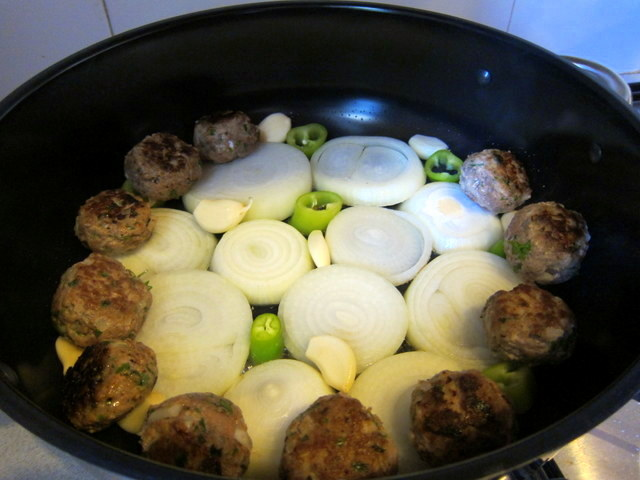 שכבת הבצל התחתונה מקבלת טיגון קליל בזמן סידור הסיר, ואחרי הבישול תורמת למתיקות