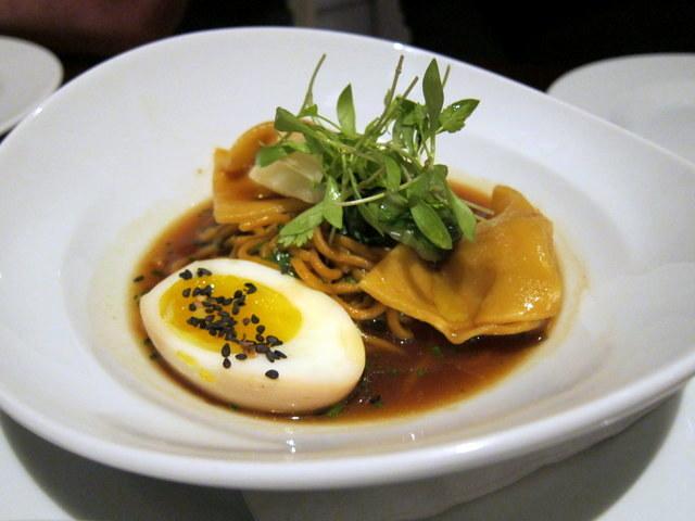 וגם כזה אכלנו - ראמן סויה עם ביצת תה וכיסוני עוף. עומק טעמים מרשים