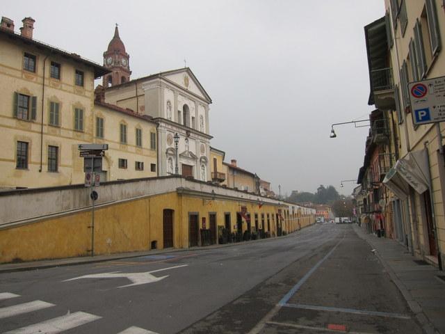 כן כך נראית העיירה שלי. בדרך כלל גם יש מכוניות, זה פשוט צולם ביום שבו הרחוב סגור בגלל השוק...