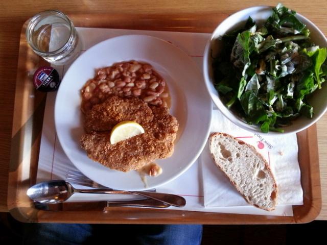 ארוחת צהריים טיפוסית: שניצל חזיר טרי ופריך, תבשיל שעועית אפוי, סלט תרד, לחם מעולה וקפסולת קפה