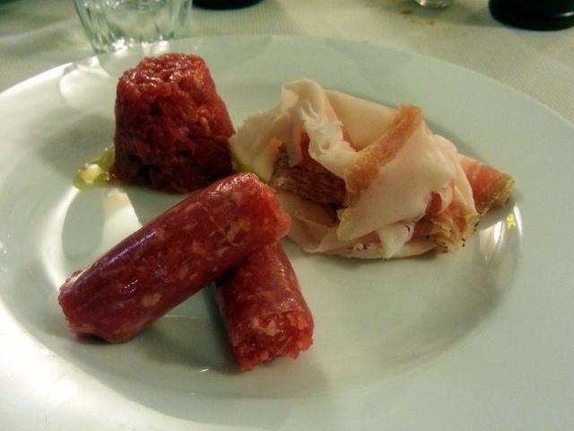 אכן, גאווה מקומית - סלסיצ'ה די ברה (בפרונט) לצד עוד שני מאכלים טיפוסיים - בשר נא ושומן חזיר