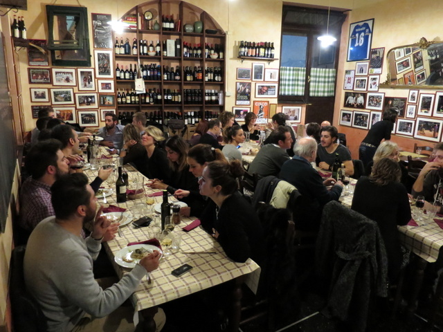 בתמונה: מקומיים נהנים מאוכל מקומי. כשאתה התייר היחיד במסעדה אתה יודע שבחרת טוב