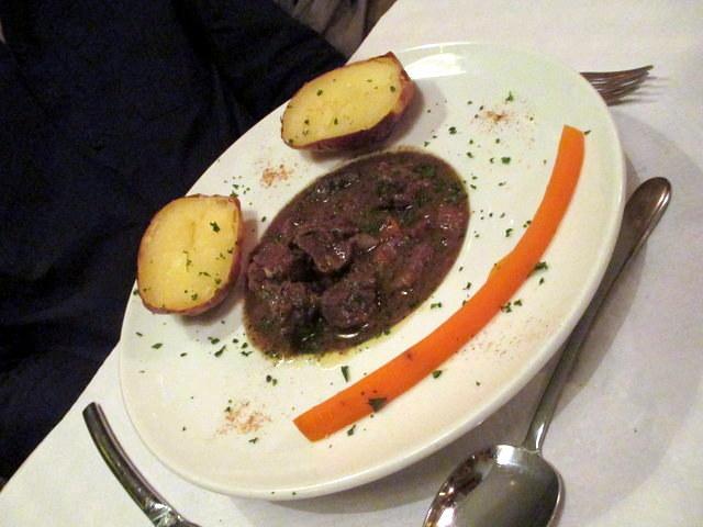 החיוך הזה הוא ממש לא היחיד שניראה במסעדה במהלך הארוחה שלנו. תבשיל בקר ביין