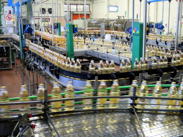 עשרות אלפי בקבוקי חומץ ביום, עשרות מיליוני בקבוקים בשנה. פס הביקבוק במפעלים של Ponti
