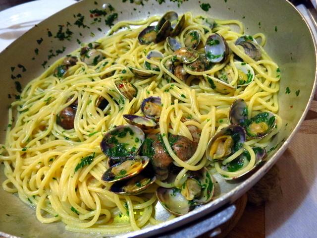 ספגטי אלה וונגולה. כיף לקבל מנות פסטה עם פירות ים שבהן אי אפשר לספור את כמות פירות הים על יד אחת