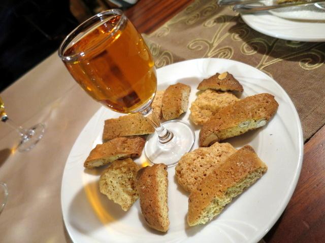 וזה כבר הקינוח של Il ciliegio - עוגיות שקדים לטבילה ביין מתוק, קצת כמו בטוסקנה