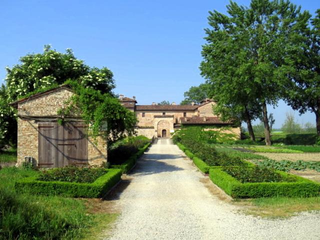 כאן גרים, אוכלים, מבשלים ומגדלים ירקות וחיות בכיף. הכניסה לחוות Antica corte Pallavicina