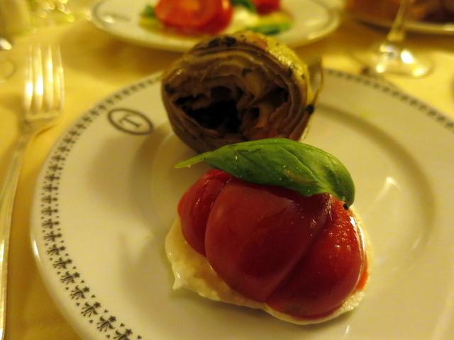 עגבנייה, מוצרלה אלוהית, ארטישוק במיטבו. ככה נראה מטבח שיודע שיש לו חומרי גלם מהטובים בעולם