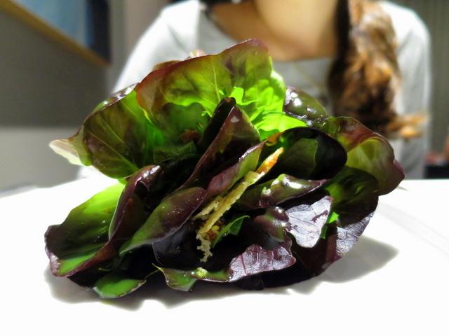 בתמונה: סלט קיסר וטוויל פרמזן שמציץ מבין העלים. לא בתמונה: 21 מרכיבים אחרים שמתחבאים שם בפנים