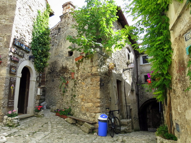 כמו תפאורה של סרט איטלקי, רק שהקסם אמיתי. הכפר santo stefano