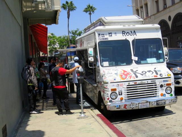 "Roja, המשאית ה""אדומה"" - אחת מבין ארבע שמסתובבות מדי יום ברחבי הכרך הסואן ומפיצות אושר קולינרי לכל דורש"