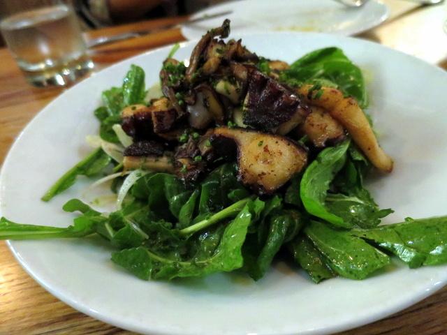ובמקום קינוח, המנה הקלילה של הערב - קלמרי ותמנון צלויים על סלט ארוגולה