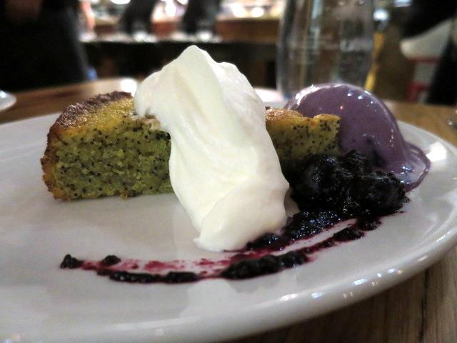 """עוגה שבקלות הייתה יכולה לתפקד כעוגת קפה של אחה""""צ משודרגת לרמת המסעדה עם גלידה ממזרית, מסקרפונה וריבה ביתית"""