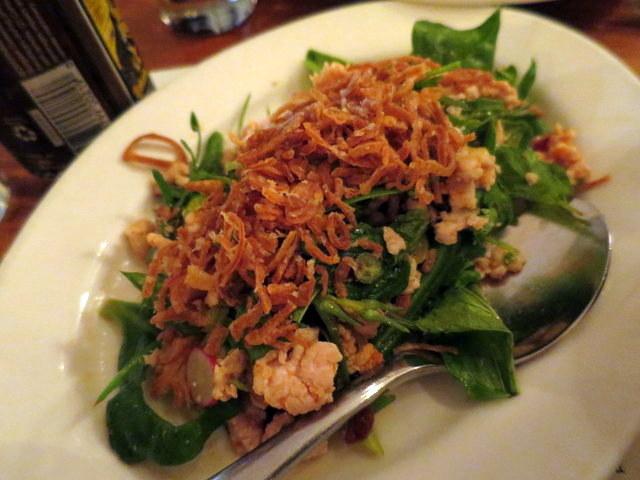 סלט לארב תאילנדי של בשר ארנב והמון שאלוטס מטוגנים פריכים