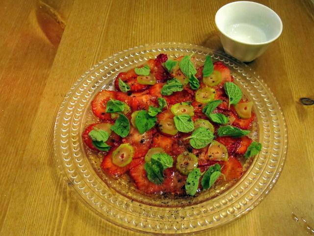 קרפצ'יו תותים עם עלי זעתר, ערק תוצרת בית. משעשע חיך נוסח עכו העתיקה
