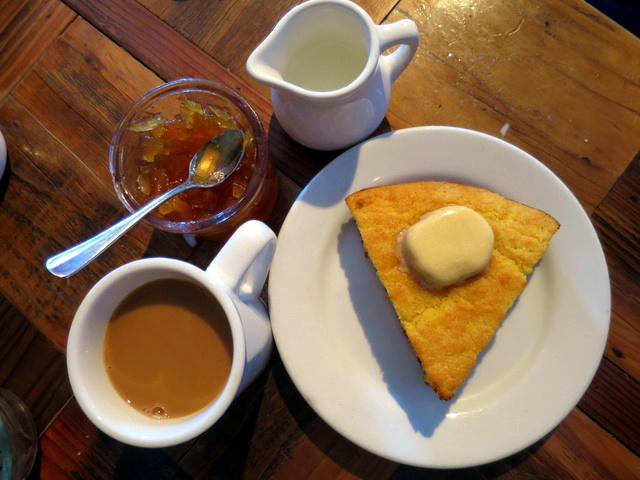 לחם תירס, חמאה מתוקה, ריבת תפוחים וקפה. ארוחת בוקר? ארוחת ארבע? ארוחת חלום, בעיקר