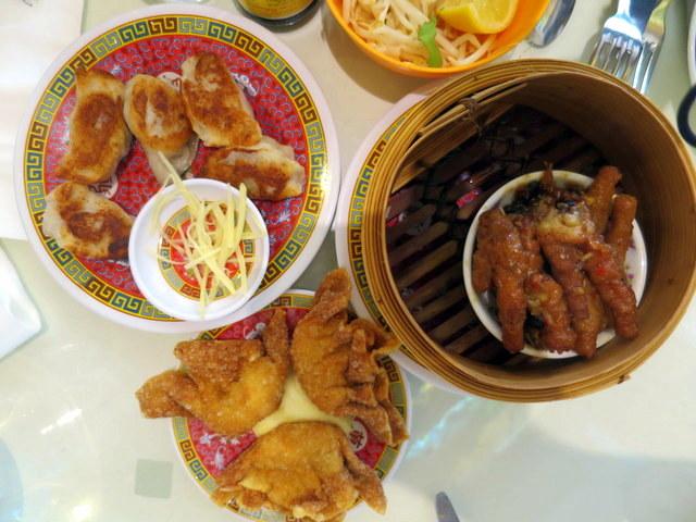 מימין: רגלי עוף ברוטב חריף. משמאל: דברים שאפשר לאכול גם אם אתם לא סינים