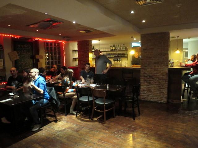 """בין מסעדת בשר לאולם אירועים בניינטיז. מבט כללי על """"פרוזדור"""". כי עיצוב זה לחלשים"""