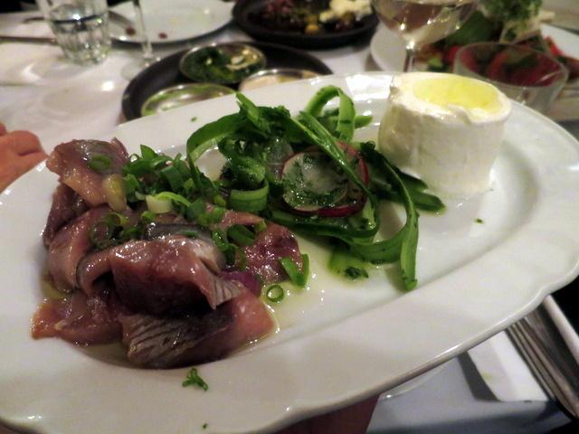 הרינג, שמנת, מלפפונים. תחיית הדג המלוח במסעדות היא אחת התופעות המשמחות של העת האחרונה