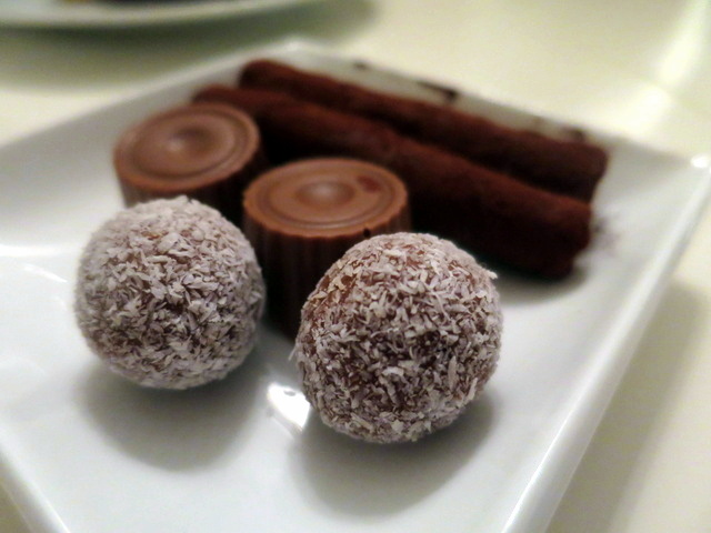 מתוקים קטנים. הפתיעו במיוחד גלילי השוקולד הארוכים, שמולאו בקרם לימון