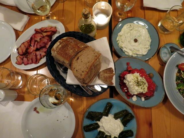 פותחים שולחן. צזיקי, לחם יבש עם גבינה, עלי גפן, חזיר צלוי ולחם. וזוהי רק ההתחללללה